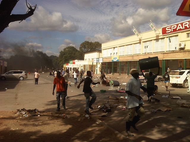 Residents rioting in Choma's town centre on Lusaka. Livingstone Road outside Spar
