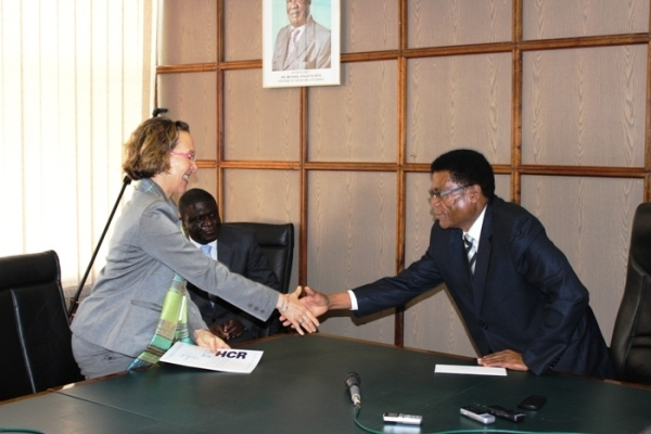 Ms Laura Lo Castro presenting her credentials to the Honourable Minister of Foreign Affairs, Dr. Effron Lungu at the Ministry of Foreign Affairs Headquarters today.Picture, courtesy of UNHCR Zambia