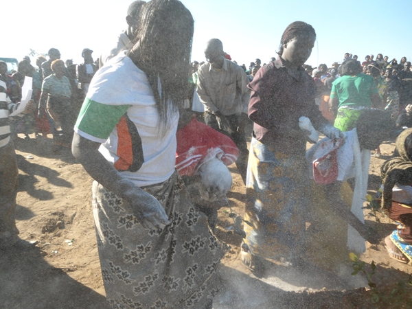 Women from Eastern province splash some powerder on the grave