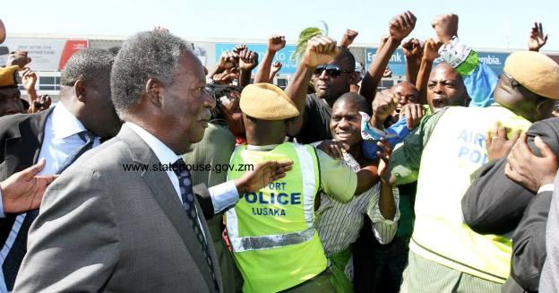 PF cadres jostle to catch a glimpse of Sata