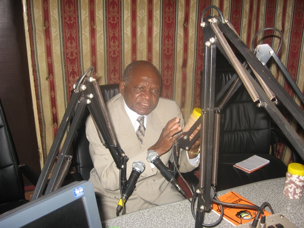 Dr.Sondashi explaning on the Sondashi Formula on Radio Mano
