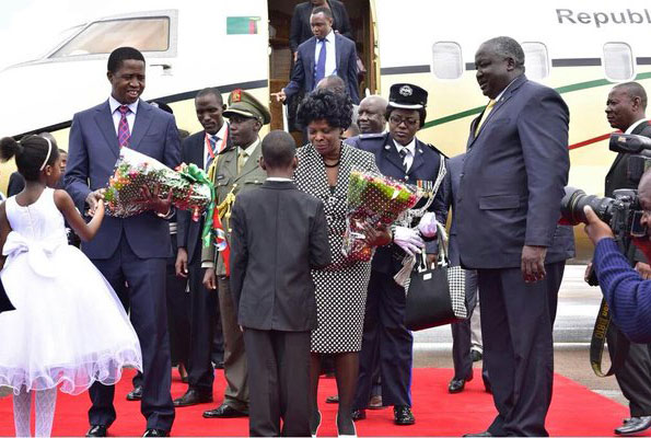 Zambian president Edgar Chagwa Lungu (L) arrives at Entebbe airport. PPU photo.