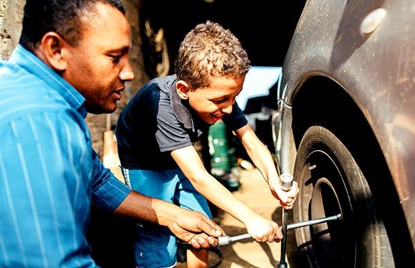 brazil-fathers-fatherhood-children-sons-cars_1709390_inl